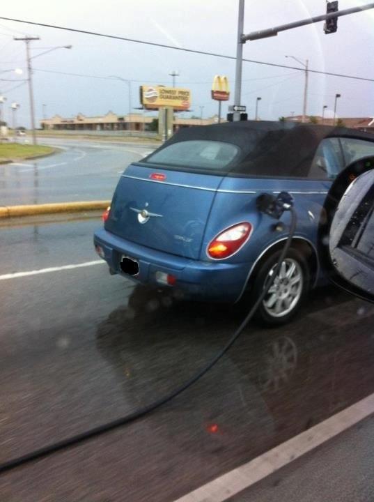Cette personne qui souhaite conduire exclusivement avec le plein d'essence