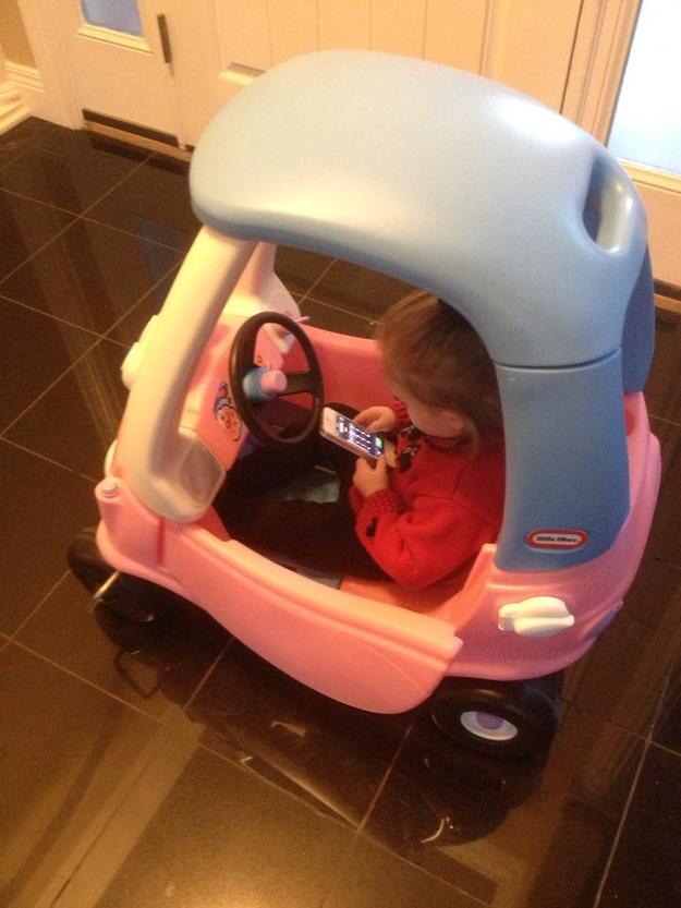 Et bien sûr, cette petite qui a déjà les mauvais réflexes en téléphonant au volant !